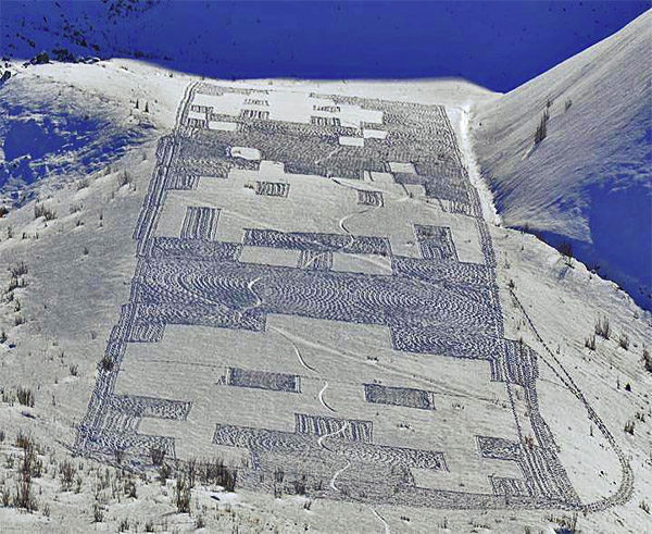 Space-Invaders-snow-art